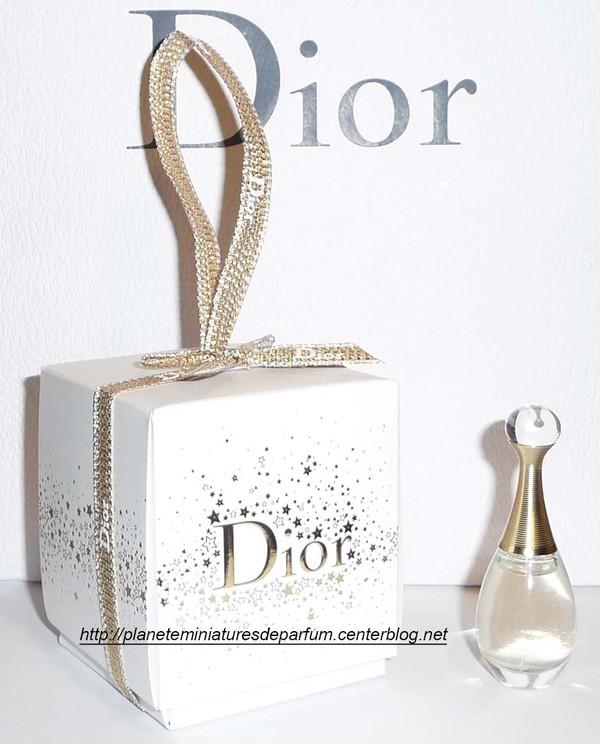 miniature j 39 adore dior a suspendre nouveaut no l 2015. Black Bedroom Furniture Sets. Home Design Ideas